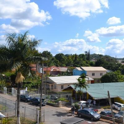 Fotografia de un colorido vecindario tomada por un voluntario descansando de su voluntariado en Jamaica.